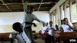 Umbalisi etshaya umntwana esikolo.
