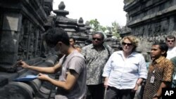 Judith McHale observed a student of Archeology Dept. University of Indonesia who restores Borobudur temple from volcanic ash of Merapi.