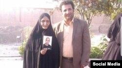 محمد نجفی در کنار مادر ستار بهشتی، وبلاگ نویسی که در بازداشت کشته شد.