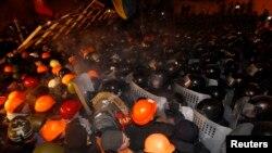 Kiev'in ana meydanında gece polisle çatışan AB yanlısı göstericiler