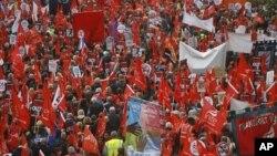 Puluhan ribu warga Inggris turun ke jalan-jalan di London untuk memrotes langkah-langkah penghematan pemerintah, Sabtu (20/10).