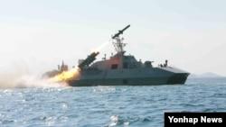 조선중앙통신은 김정은 국방위원회 제1위원장이 참관한 가운데 해군 부대에 실전 배치 중인 함선 공격용 신형 함대함 미사일 발사 훈련을 실시했다고 15일 보도했다. 촬영일시는 따로 밝히지 않았다.