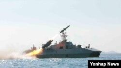 지난 6월 조선중앙통신은 김정은 국방위원회 제1위원장이 참관한 가운데 해군 부대에 실전 배치 중인 함선 공격용 신형 함대함 미사일 발사 훈련을 실시했다고 1보도했다. 촬영일시는 따로 밝히지 않았다. (자료사진)