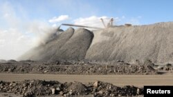 中國內蒙古的白雲鄂博稀土礦,一台採礦機在作業。(2011年7月16日)