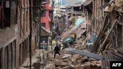 Stanovnik Baktapura, u blizini Katmandua, hoda kroz ruševine kuća oštećenih u zemljotresu