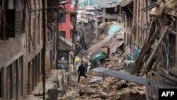 28일 지진으로 파괴된 네팔 카트만두 인근 바크타푸르의 주택가.