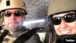 美國攝影記者戴維·吉爾基(左)
