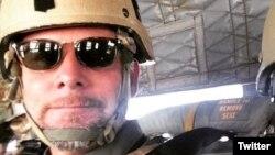 Nhà báo David Gilkey của NPR đi tác nghiệp trong một bức hình do một đồng nghiệp đăng trên Twitter, ngày 17 tháng 5, 2016.