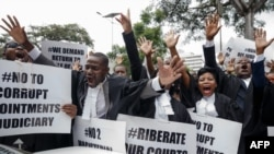 """Les avocats du barreau du Zimbabwe participent à une """"Marche pour la justice"""" devant la Cour constitutionnelle à Harare le 29 janvier 2019."""
