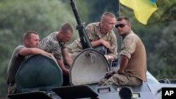 Binh sĩ Ukraine tại một căn cứ quân sự bên ngoài Zhitomir, Ukraine ngày 11/08/2015.