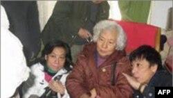 张志新妹妹张志勤(中)及侄儿侄女参与雕像审稿