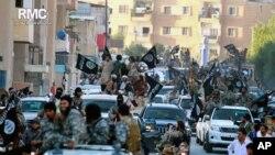 Abarwanyi bo mu muhari wa reta ya Kiyisilamu mu myiyerekano muri Raqqa muri Siriya, itariki 30/06/2014