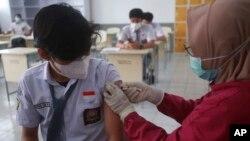 Một người dân được tiêm chủng ở Indonesia.
