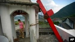 中国浙江省平阳县一所基督教教堂建筑的十字架被政府拆除(2015年7月29日资料照)