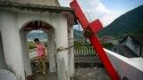 Tu Shouzhe đứng trên mái của nhà thờ Tin lành sau khi các nhân viên chính phủ Trung Quốc đến và hạ cây thánh giá của nhà thờ xuống. Nhà thờ này thuộc giáo xứ Muyang, huyện Pingyang, tỉnh Chiết Giang, miền đông Trung Quốc. (Ảnh tư liệu)