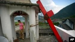 資料照:中國浙江省平陽縣一所基督教教堂建築的十字架被政府拆除。 (2015年7月29日)