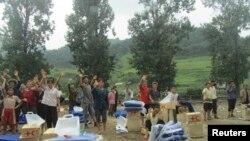 네덜란드 정부가 지난주 국제적십자사의 수해 복구 사업에 미화 100만 달러를 지원했다. 지난해 7월 북한 평안남도 성천군에서 국제적십자가 수해 지원 물품을 주민들에게 전달했다.
