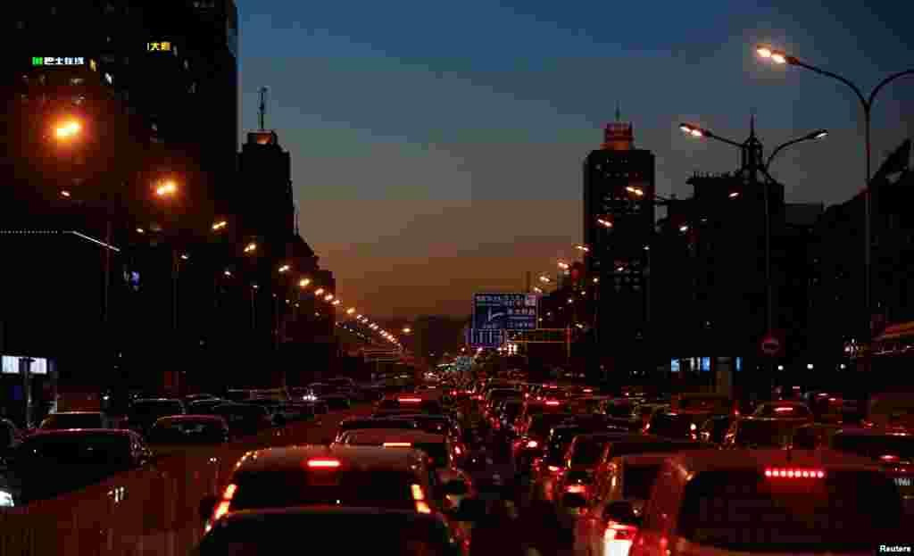 ترافیک سنگین روزانه در شهر پکن در چین. ترافیک در این شهر هر روز عصر به اوج خود می رسد.