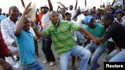 Thợ mỏ Nam Phi nhảy múa ăn mừng sau khi được thông báo về đề nghị tăng 22% tiền lương bên ngoài mỏ bạch kim Marikana, 100km tây ắc Johannesburg