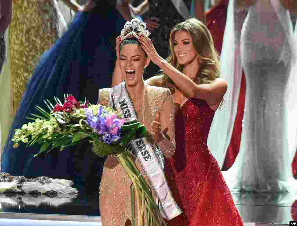 Miss South Africa 2017, Demi-Leigh Nel-Peters (L), is crowned new Miss Universe 2017 by Miss Universe 2016, Iris Mittenaere, in Las Vegas, Nevada, Nov. 26, 2017.