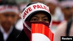 Một phụ nữ đeo khẩu hiệu 'Cứu Palestine' trong một cuộc biểu tình