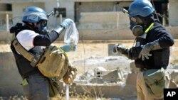 联合国调查人员正在提取叙利亚化学武器样品 (资料图片)