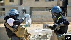Inspectores de la ONU toman muestras de la tierra en un suburbio de Damasco.