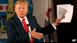 Hablando en el City Club de Chicago, Donald Trump no se echa para atrás en sus comentarios despectivos sobre los inmigrantes.