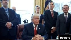 Le président américain Donald Trump lors de la signature à la Maison-Blanche d'un mémorandum ordonnant une enquête sur l'impact de l'acier importé sur l'économie américaine, Washington, le 20 avril 2017.
