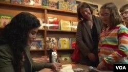 """Hena Kan, autorka knjige """"Aminin glas"""", potpisuje knjige u knjižari u Vašingtonu"""