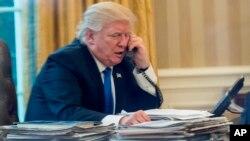 La conversación de Trump con Abe forma parte de una ronda de entrevistas telefónicas prevista este sábado con varios mandatarios, entre ellos los de Francia, François Hollande, de Alemania, Angela Merkel, y de Rusia, Vladímir Putin.