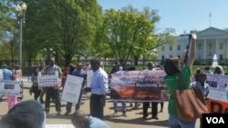 수단 다르푸르 일대에서 자행되는 학살사태에 대한 관심을 호소하기 위해 미국 백악관 앞에서 시위를 벌이고 있는 아프리카 인권단체 관계자들. (자료사진)