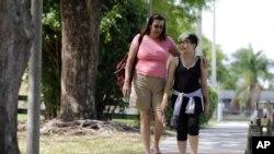 Theo Ramos, 14 tahun, berjalan bersama sang ibu, Lori, di sebuah taman di Homestead, Florida, 28 April 2016. Lori memberikan dukungan kepada Theo sejak dia mengetahui disforia gender anaknya.