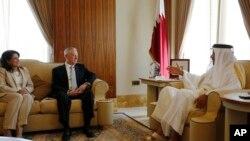 L'Emir Sheikh Tamim Bin Hamad Al-Thani du Qatar, à droite, parle avec le secrétaire américain à la Défense Jim Mattis, au centre, et l'ambassadeur des États-Unis au Qatar Dana Shell Smith à sa résidence, le Sea Palace, à Doha, au Qatar, 22 avril 2017.