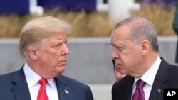 Le président américain Donald Trump (à gauche) et le président turc Recep Tayyip Erdogan (à droite) lors de la visite du nouveau siège de l'OTAN à Bruxelles (Belgique), le mercredi 11 juillet 2018. (Service de presse de la présidence via AP, Pool)