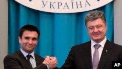 Ukraina prezidenti Petro Poroshenko (o'ngda) Andrey Deshitsa o'rniga tayinlangan yangi Tashqi ishlar vaziri Pavel Klimkin bilan, Kiyev, 19-iyun, 2014-yil.