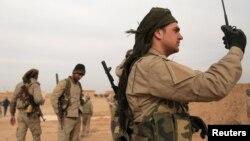 지난달 8일 시리아 락까 북부에서 미군의 지원을 받은 '시리아민주군' 대원들이 ISIL 점령지 탈환 작전을 펴고 있다.