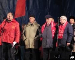 俄共領袖久加諾夫(左三)在集會上發言
