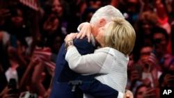 Zaferini eski Başkan eşi Bill Clinton'a sarılarak kutlayan Hillary Clinton