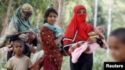 Phụ nữ và trẻ em Rohingya trở về từ một bệnh viện gần trại tị nạn Kutupalong, Bangladesh, 31/5/2015.