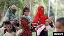 روہنگیا مسلمانوں کے ایک کیمپ کی خواتین اور اور بچے، (فائل فوٹو)