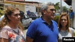 El general retirado Raúl Baduel habla con los medios junto a su esposa Cruz Maria de Baduel (izquierda) y su hija en agosto de 2015.