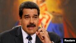 Prezidan Venezuela a, Nicolas Maduro, ki tap pale pandan yon konferans pou laprès nan palè nasyonal peyi a (El Palacio Miraflores) nan Caracas. (Foto: 30 desanm 2014).