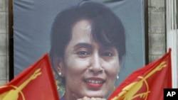 프랑스 파리 시청 앞에 미얀마 민주화 운동 지도자 아웅산 수치 여사(65)의 초상화가 걸려 있고 그녀의 석방을 환영하는 지지자들이 깃발을 들고 운집해 있다.