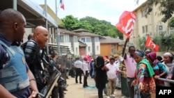 La police anti-émeute encadre une manifestation à Mamoudzou dans le territoire français d'outre-mer de Mayotte, le 20 février 2018.