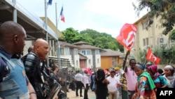 Des policiers face aux manifestants à Mayotte, le 20 février 2018