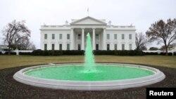 До Дня Святого Патріка воду у фонтані Білого дому пофарбували у зелений, 17 березня 2021, Reuters
