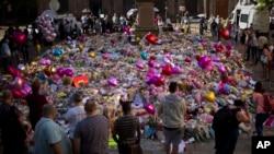 맨체스터 폭탄 테러 현장에 놓인 조화들(자료사진)