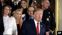 도널드 트럼프 미국 대통령이 26일 백악관에서 마약성 진통제 '오피오이드' 남용과 관련한 공중보건 비상사태를 선포했다.