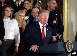 川普总统在白宫宣布进入公共卫生紧急状态,以抗击日益严重的阿片危机。(2017年10月26日)